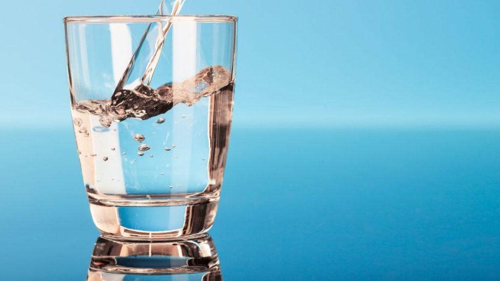 ¿Cuántos vasos de agua hay que tomar al día?