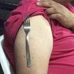 ¿Por qué se pega la cuchara al brazo?