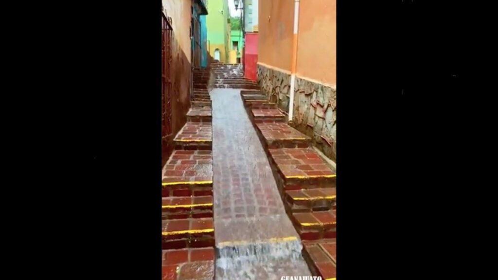 VIDEO Fuertes lluvias forman cascadas en los callejones de Guanajuato Foto: Especial